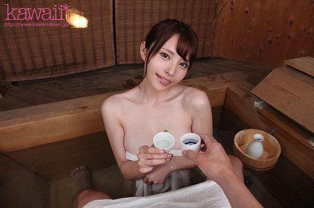 伊藤舞雪の不倫セックスVR_檜風呂でお酌