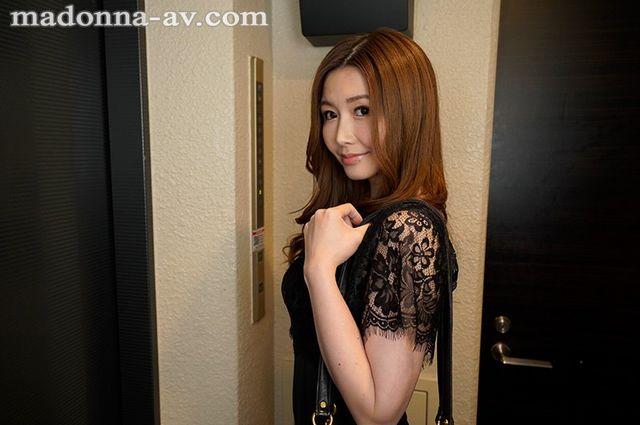 三浦歩美の人妻不倫VR_ラブホのエレベーター待ち